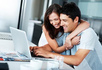 Paar freut sich über die Kreditzusage